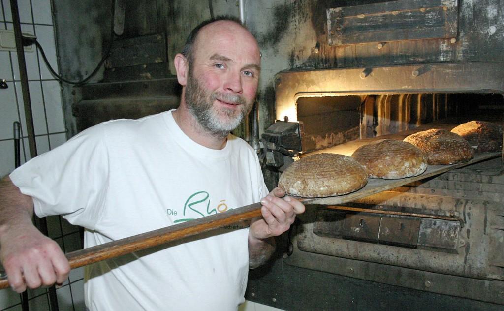 Christof Gensler backt das Brot noch traditionell in seinen Steinbacköfen