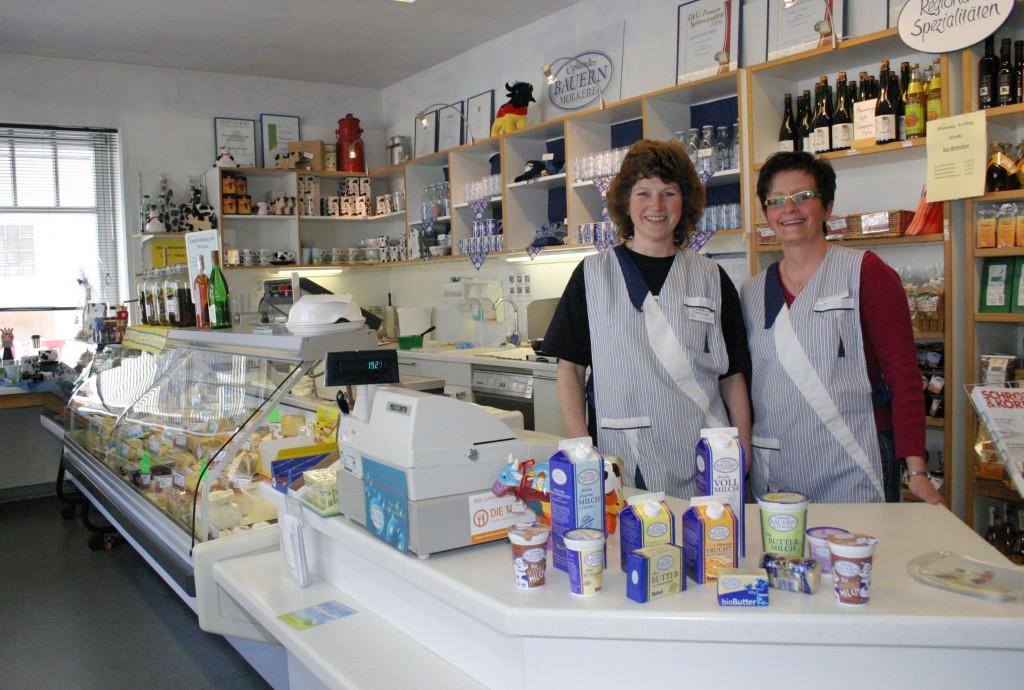 Die Molkereimitarbeiterinnen Renate Emde (links) und Beate Saure im Ladengeschäft in Usseln Foto: Silke Liebig-Braunholz
