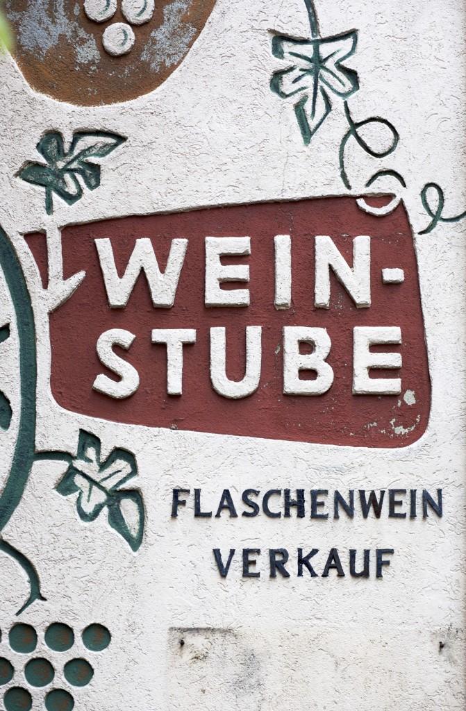 Mehr als 2.500 Weinbaubetriebe melden in Rheinland-Pfalz jährlich rund 19.000 Erzeugnisse für die Weinprämierung an. Probieren kann man die Gewächse am besten auf einem Winzerhof Foto: Lasse Burell Produktion