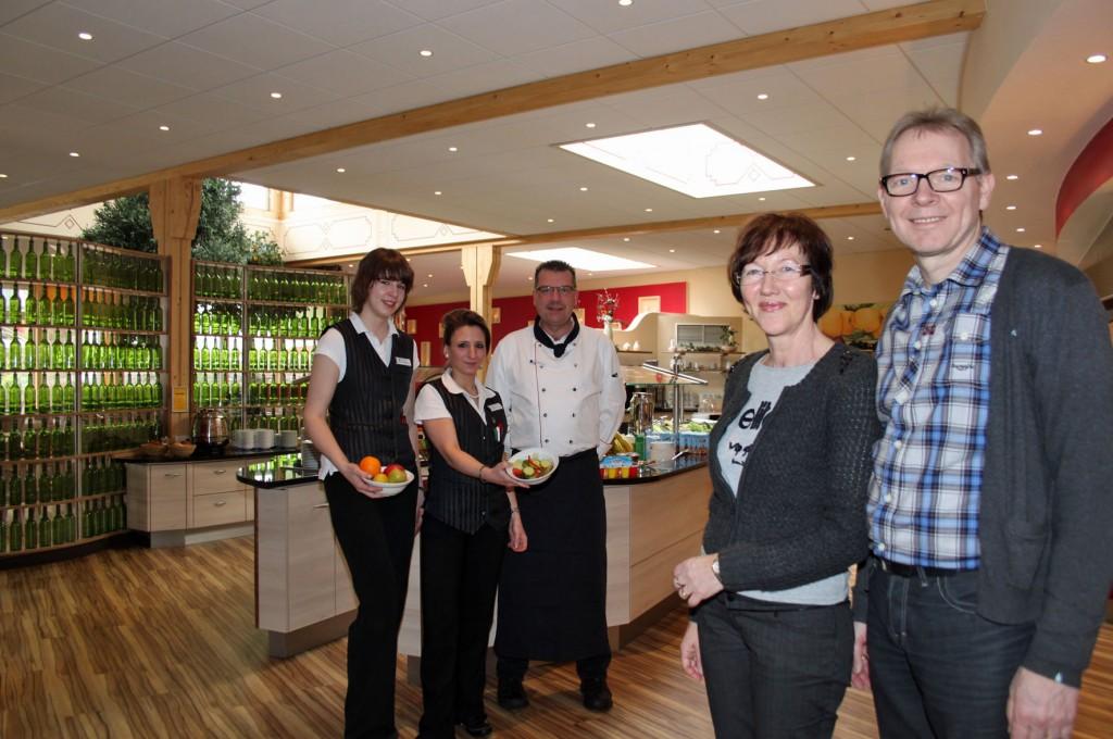Ulrich und Karin Vollbracht (von rechts) mit Küchenchef Stefan Döring sowie den Restaurantfachfrauen Dominique Kantus und Anne Stallfort im neuen Restaurant Foto: Liebig-Braunholz