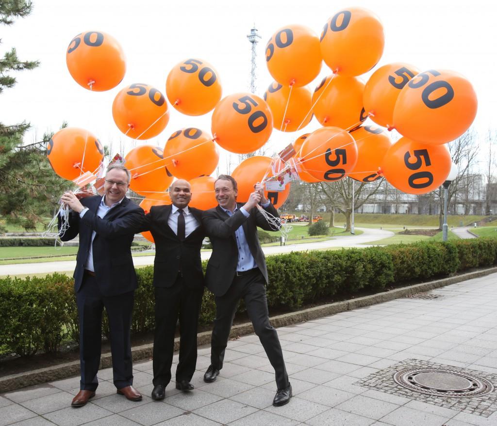 Zum Jubiläum stiegen 50 Luftballons mit Freikarten in den Berliner Himmel, auf die Reise geschickt von David Ruetz, Head of ITB Berlin (von links), S.E. Hr. Ahmed Shiaan, Botschafter der Malediven in Belgien und Dr. Martin Buck, Direktor, ITB Berlin.