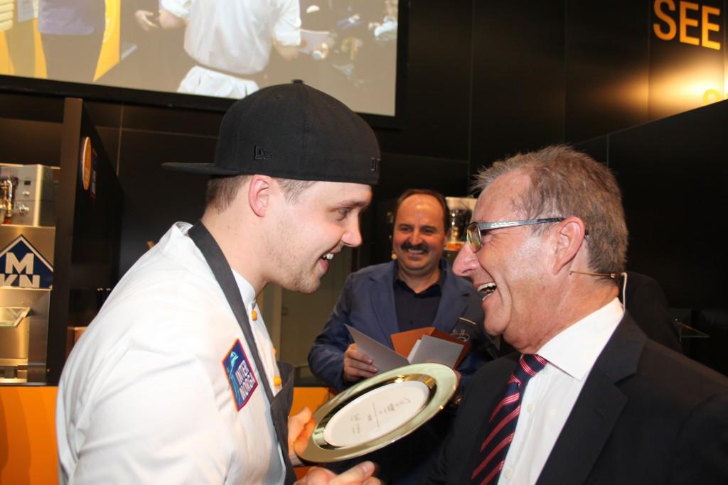 Jan Hofer gratuliert dem Gewinner Jonas Straube. Im Hintergrund Johann Lafer. Foto: Silke Liebig-Braunholz