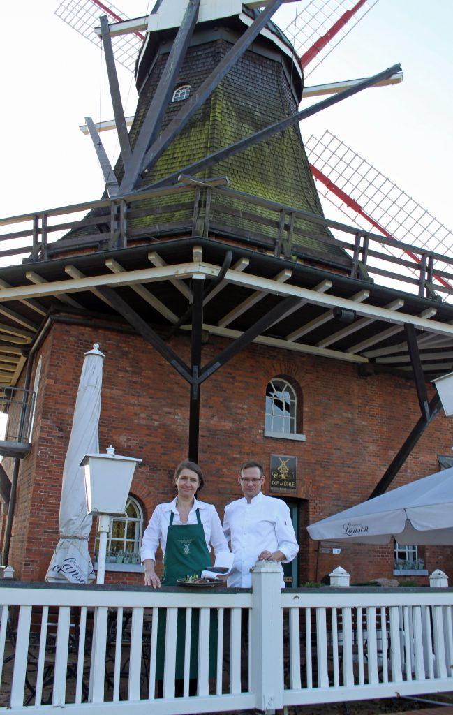 Kerstin Schulze und Danny Riewoldt vor der Mühle Jork im Alten Land. Foto: Silke Liebig-Braunholz